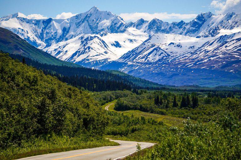 ośnieżone góry alaska